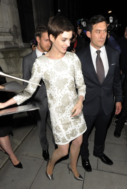 Anne Hathaway in sheer nude pantyhose