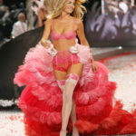 Doutzen_Kroes_in pink stockings on the runway